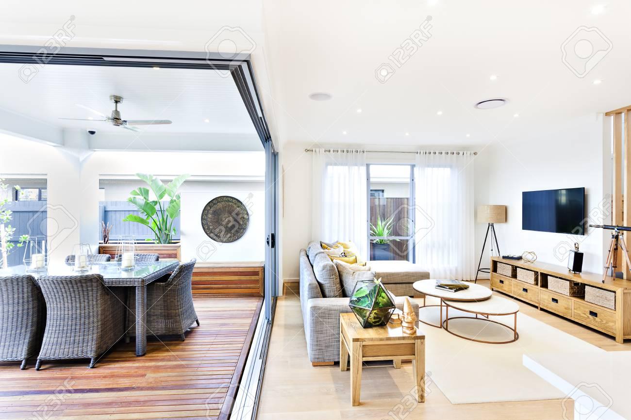 Moderne Wohnzimmer Auf Die Terrasse Und Essbereich Angebracht, Um ...
