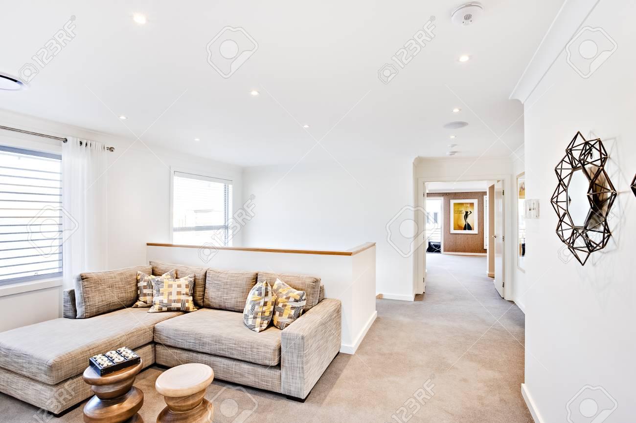 Gewaltig Moderne Wände Ideen Von Wohnbereich Mit Einem Flur Und Weiße Wände,