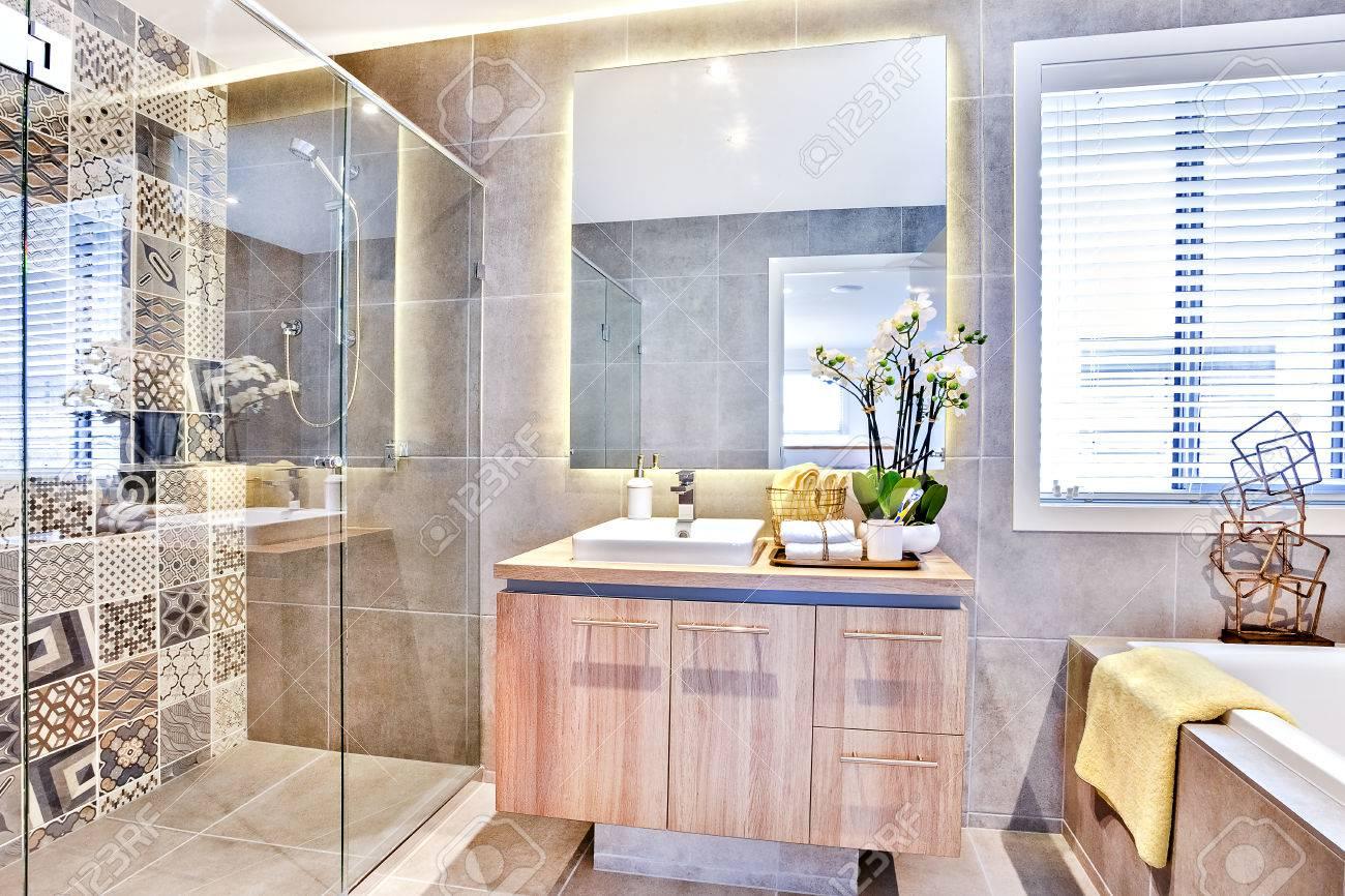 Luxus-Badezimmer Mit Waschplatz Und Dusche Neben Einem Spiegel Und ...