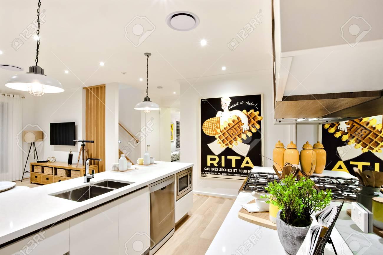 Moderne Küche Nahaufnahme Mit Weißen Wänden Und Hängelampen über Die ...