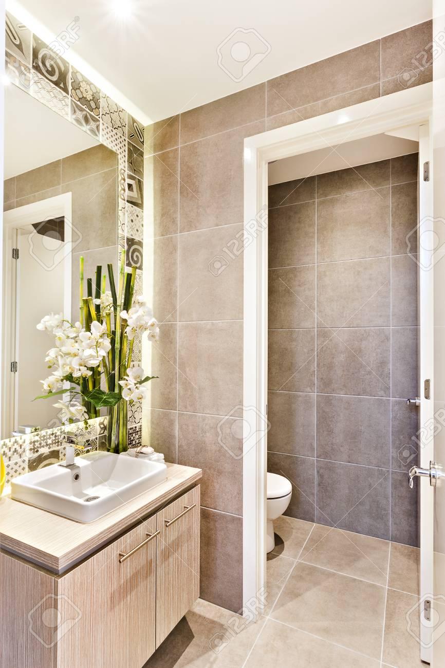 Salle De Bains Ou Toilettes ~ salle de bain de luxe avec une porte ouverte une toilette qui