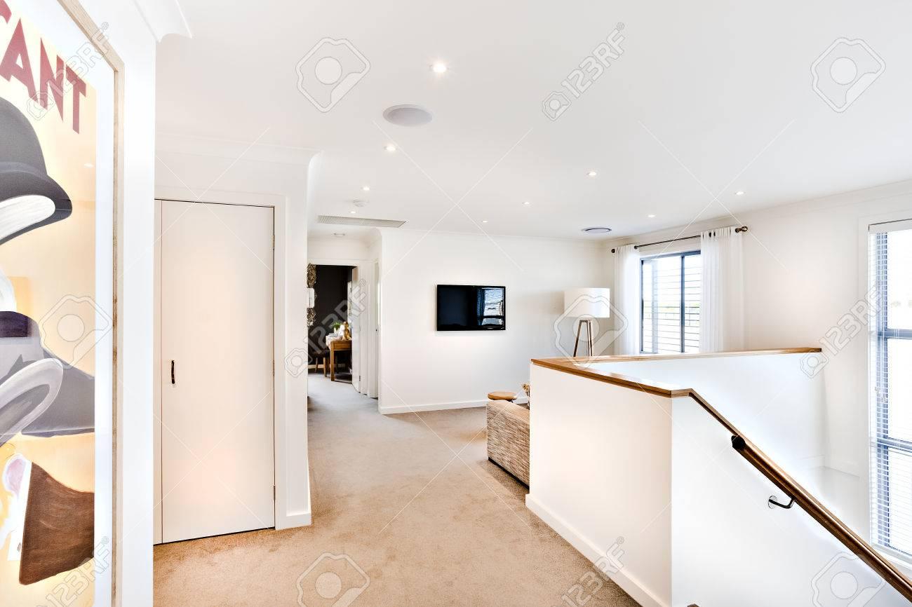 casa moderna en el interior del pasillo y escaleras al lado de una puerta de entrada