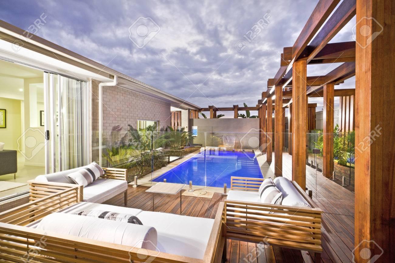 Piscine bois décoré piscine avec plantes vertes et couvercle du panneau de  verre sous le ciel nuageux dans une maison moderne ou à l\'hôtel