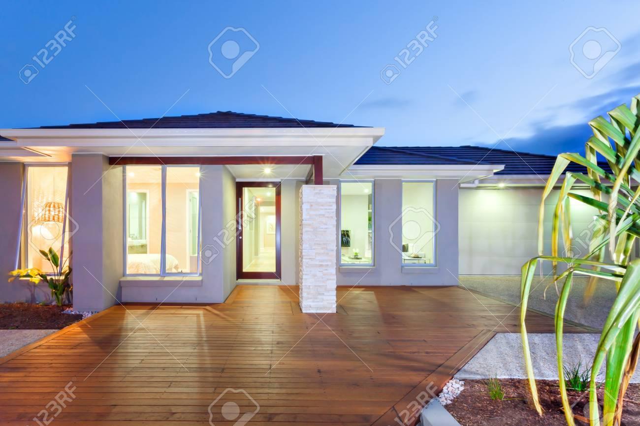 Blauer Himmel über Dem Luxus-Haus Und Beleuchtet Licht Innen Und ...