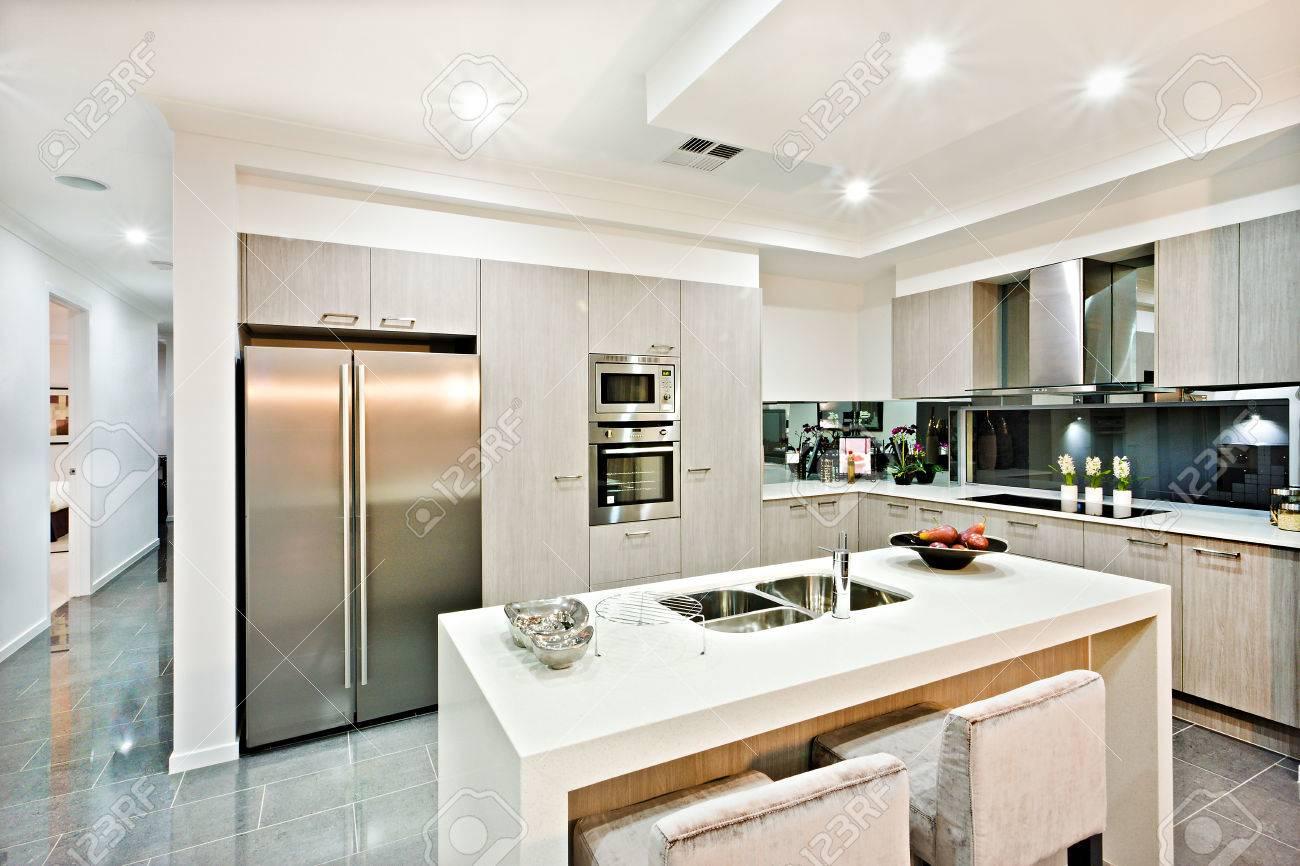 Moderne Küche Zähler Nach Oben Mit Einem Kühlschrank Und ...