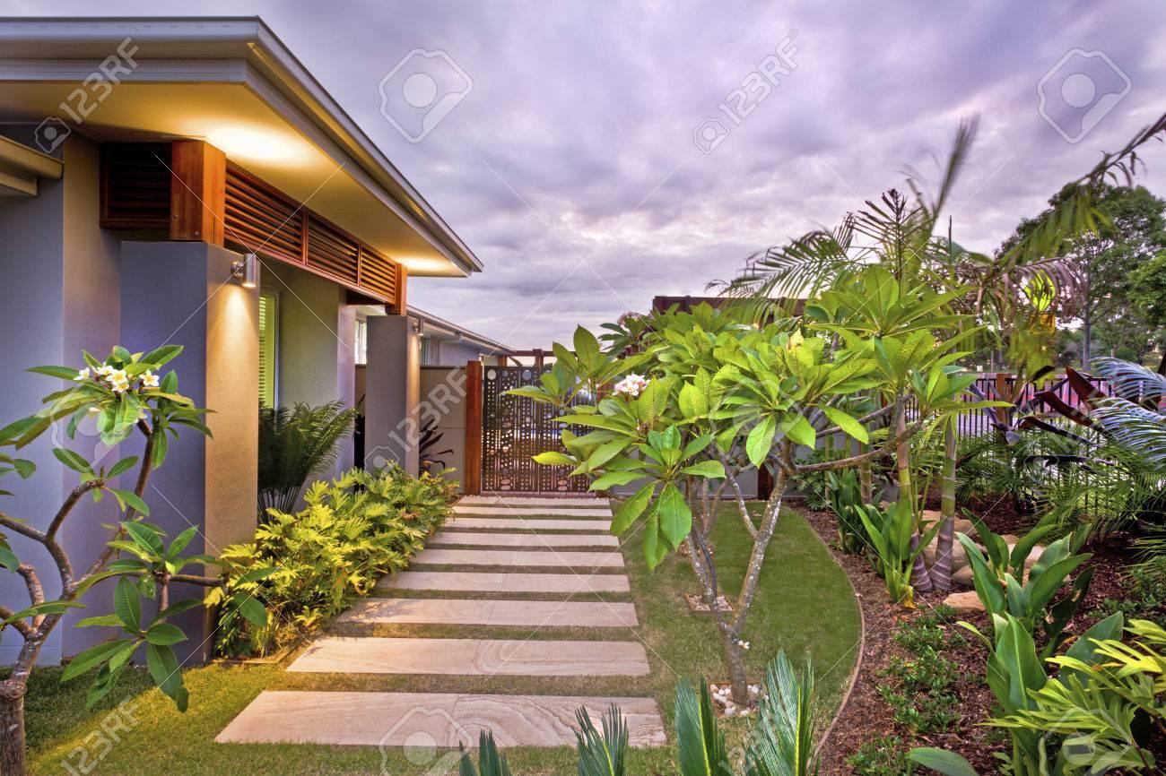 Casa moderna giardino con illuminazione colorata sotto il cielo
