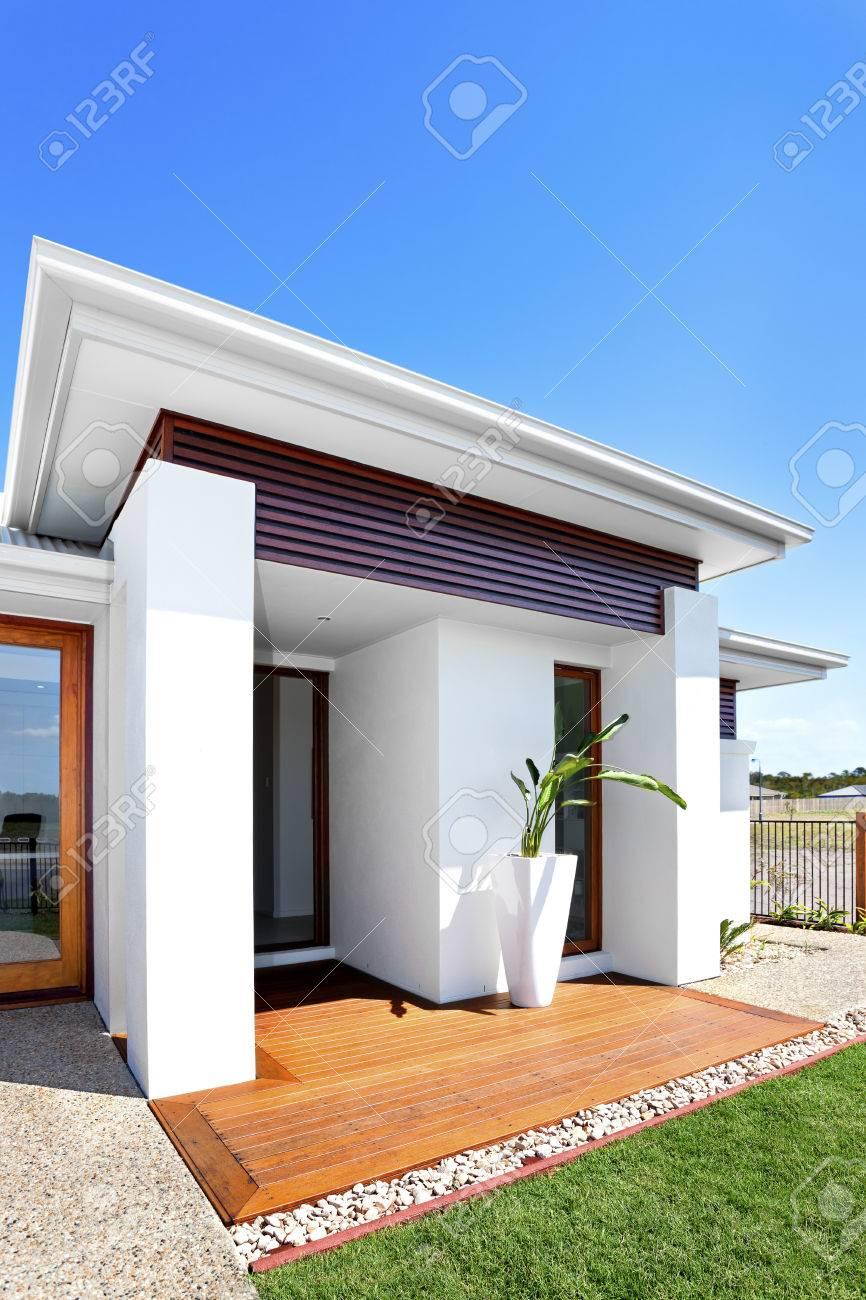 Exterior De Una Casa Moderna Con El Césped Verde, Vista Frontal ...