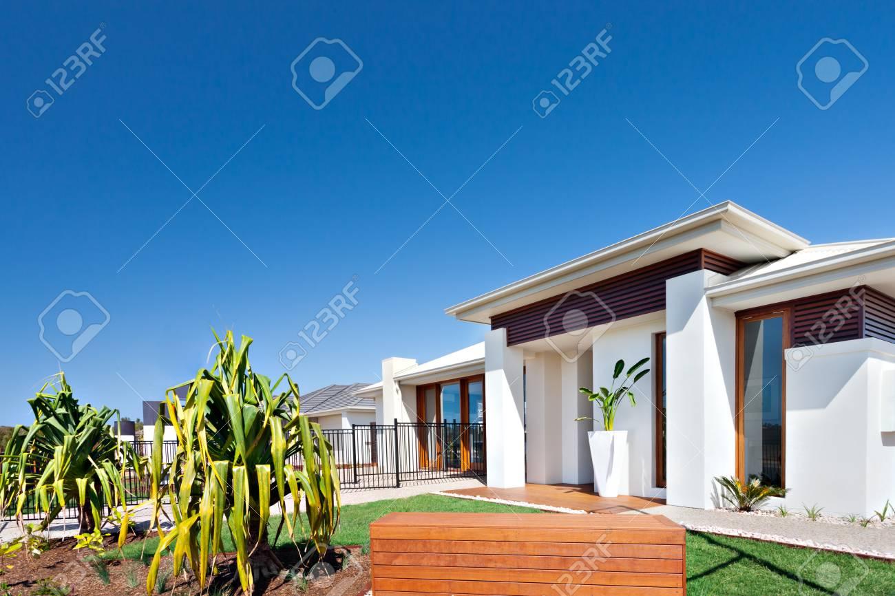 Diese Modernen Häuser Mit Riesigen Weißen Wänden Verfügt über Gärten ...