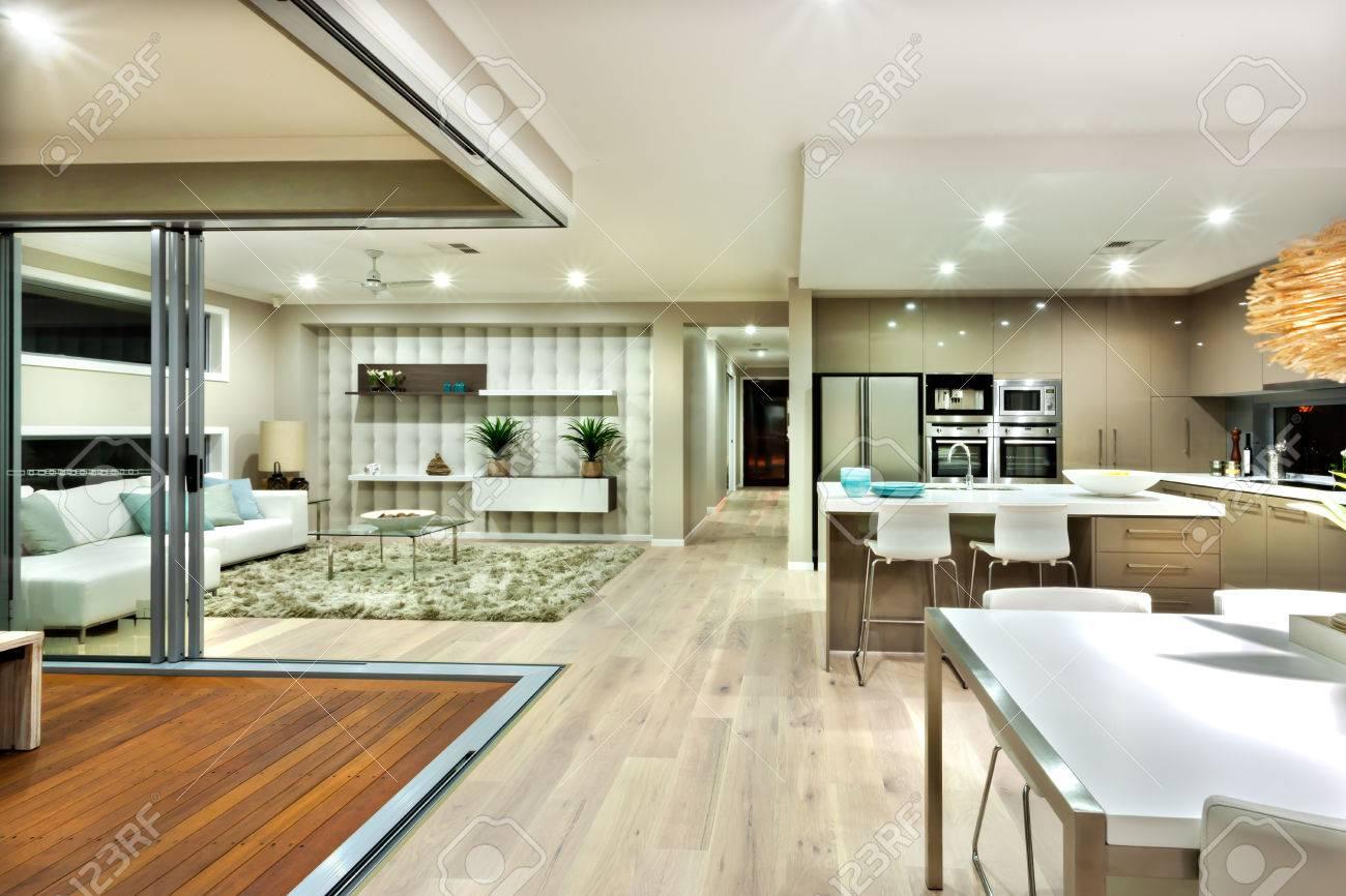 Poche zone della casa di lusso compresi soggiorno e cucina. Il pavimento in  legno è diffuso in tutta la casa e un modo per l\'esterno si può vedere, ...