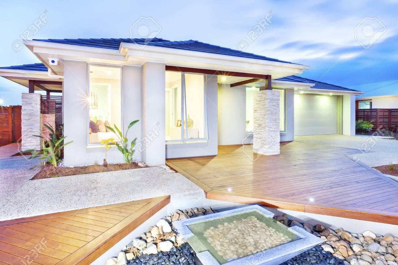 Dieses Luxus-Haus Verfügt über Beleuchtung Innen Und Außen Durch Die ...