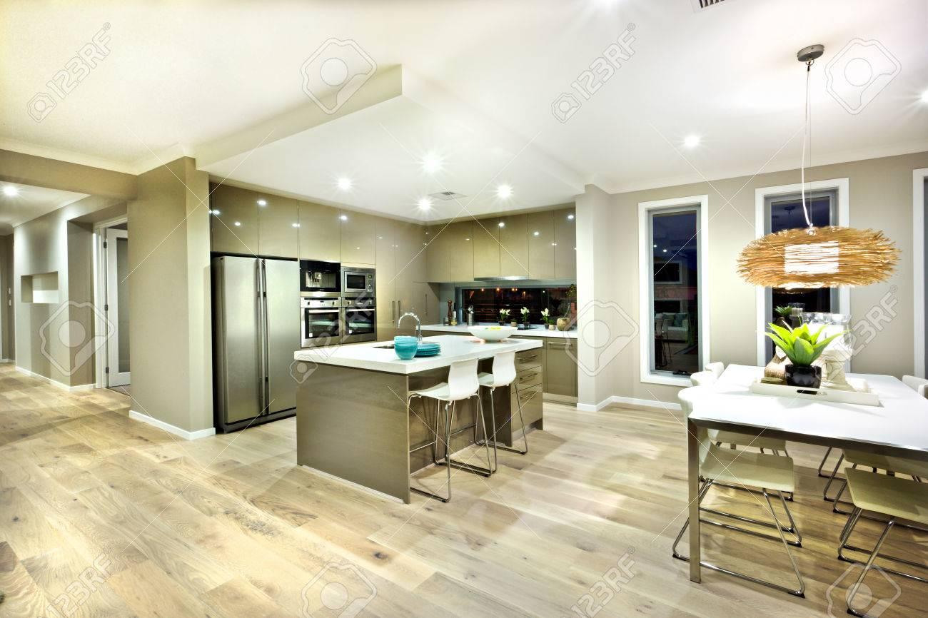 Zona Pranzo Moderna.Cucina Moderna E Zona Pranzo Area Interna Di Una Casa Moderna Con Luci Di Notte C E Una Lampada A Sospensione Con Una Copertura In Bambu Sopra Il
