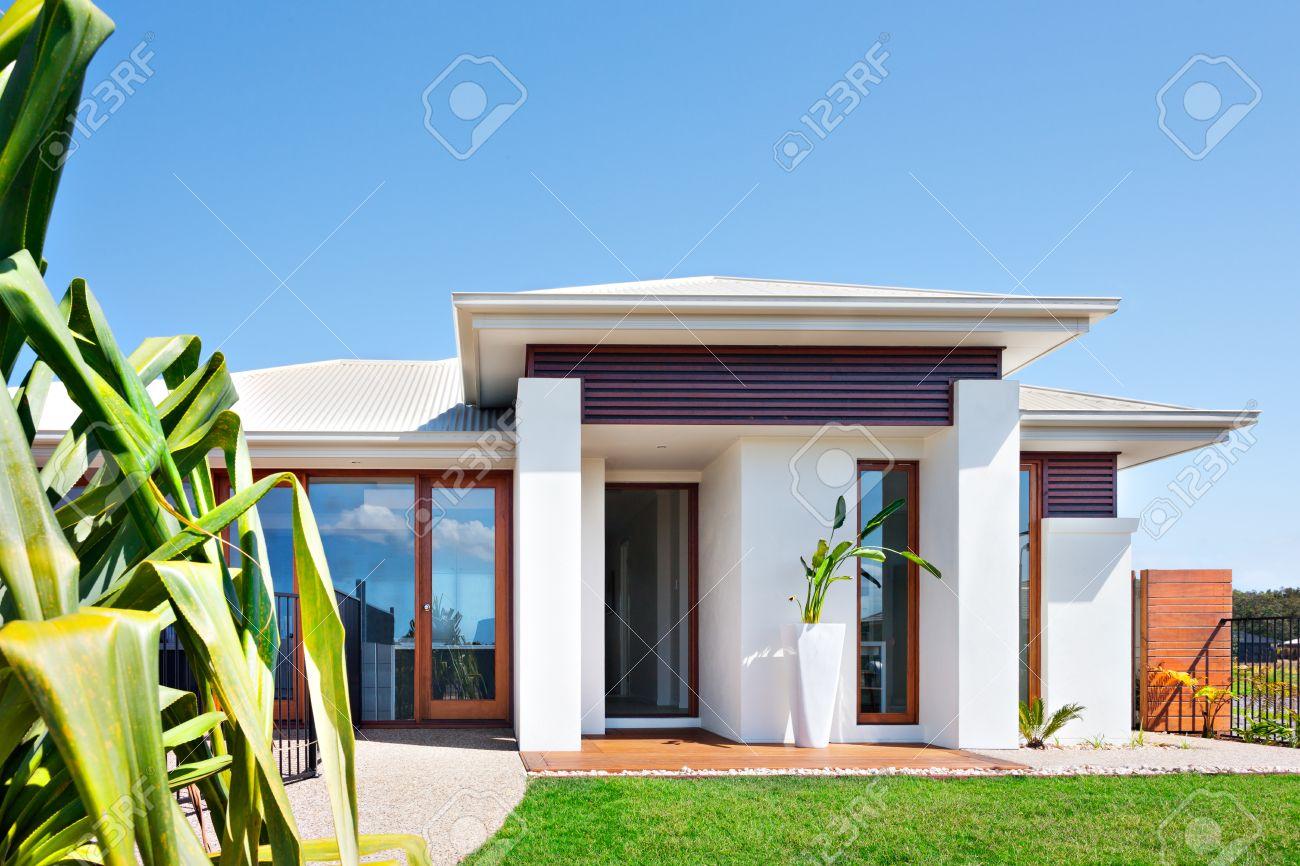 Delante De La Casa Moderna Con Un Césped Y El Azul Cielo, La Casa ...