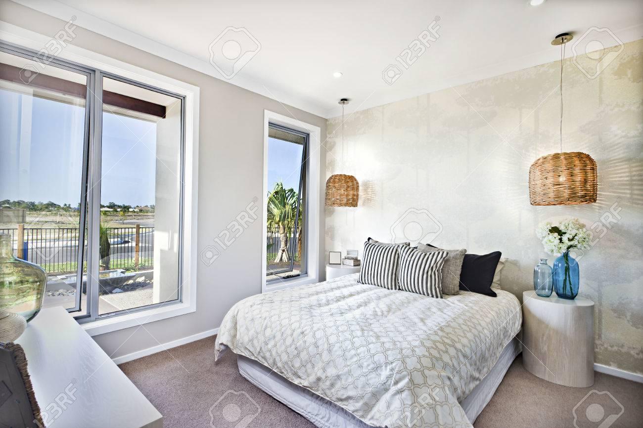 Chambre de luxe avec lit king size dans un hôtel ou une maison avec des  décorations en bambou ou en rotin