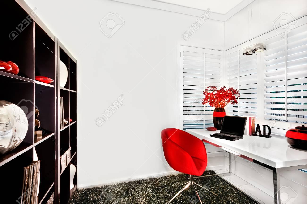 Pavimento Rosso Lucido : Pareti della stanza di lavoro sono di colore bianco e il pavimento