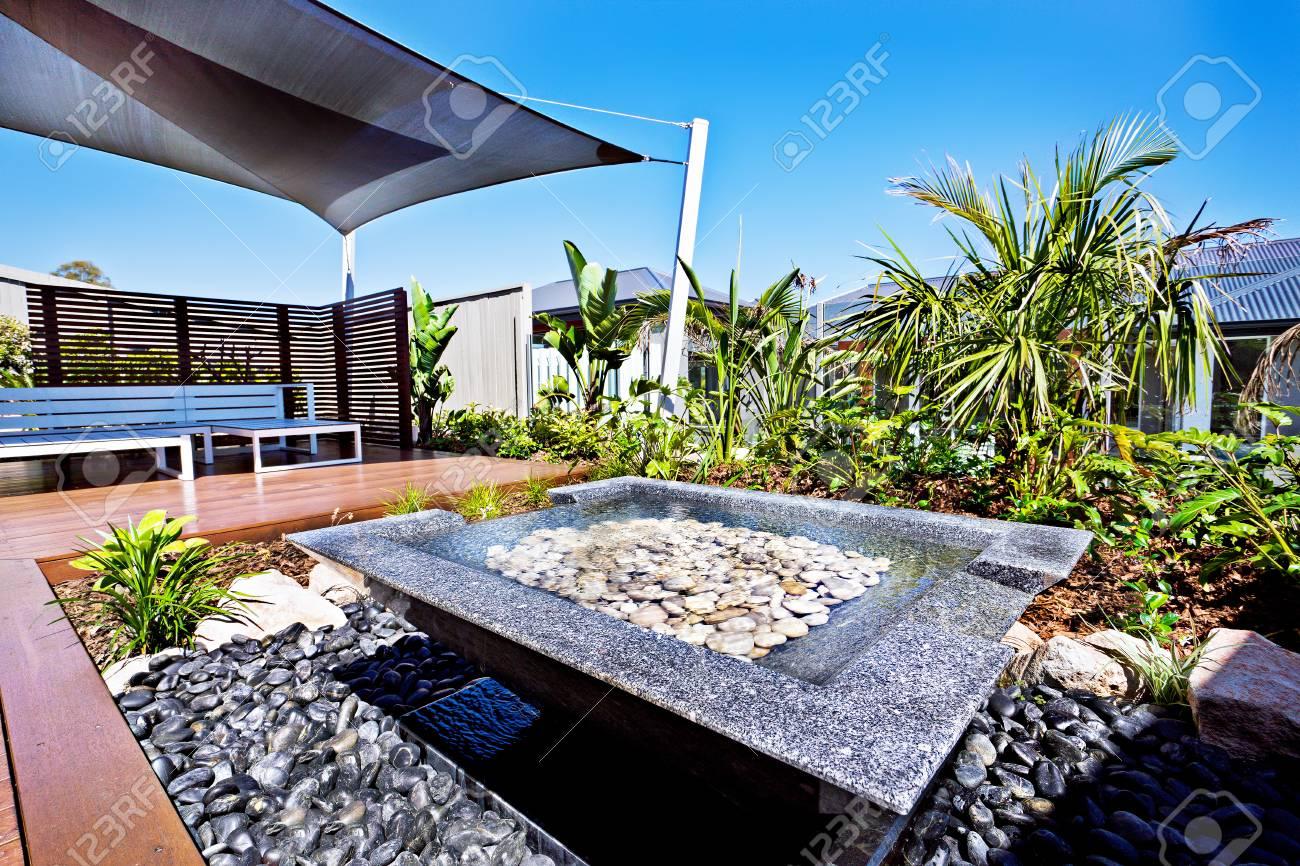 modernes haus terrasse und wasserteich mit einem garten mit kies und