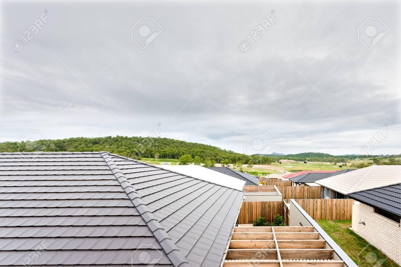 Recinzioni Per Case Di Montagna vista dall'alto di case e tetti di colore bianco o grigio può essere visto  in modo molto chiaro e strettamente. le case sono circondati da recinzioni