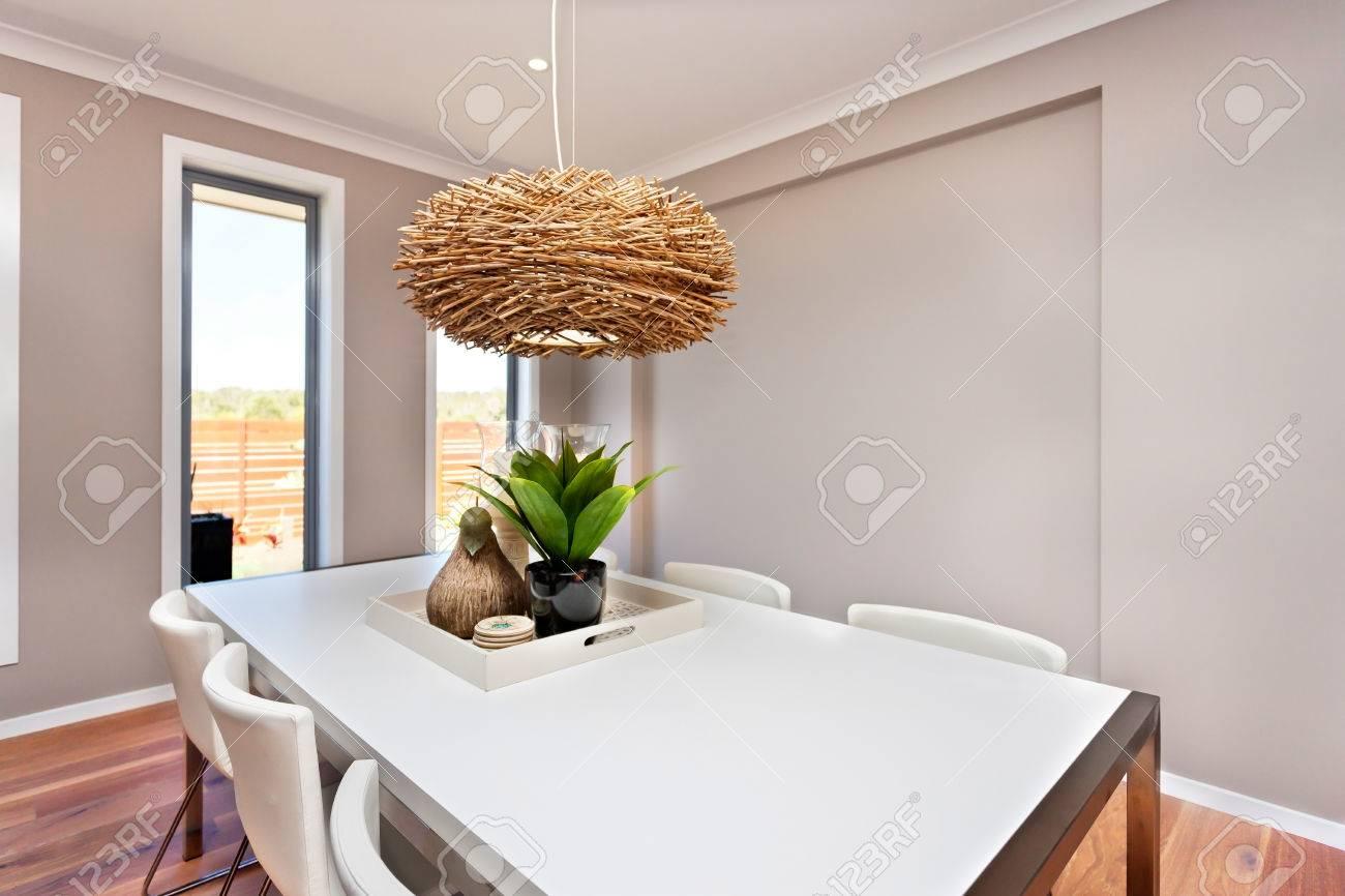 Dinning Tisch Und Stühle Sind Weiße Farbe Und Klassisch, Die Wände Sind In  Der Farbe Grau Und Es Gibt Weiße Farbe Rahmen Um Die Fenster.
