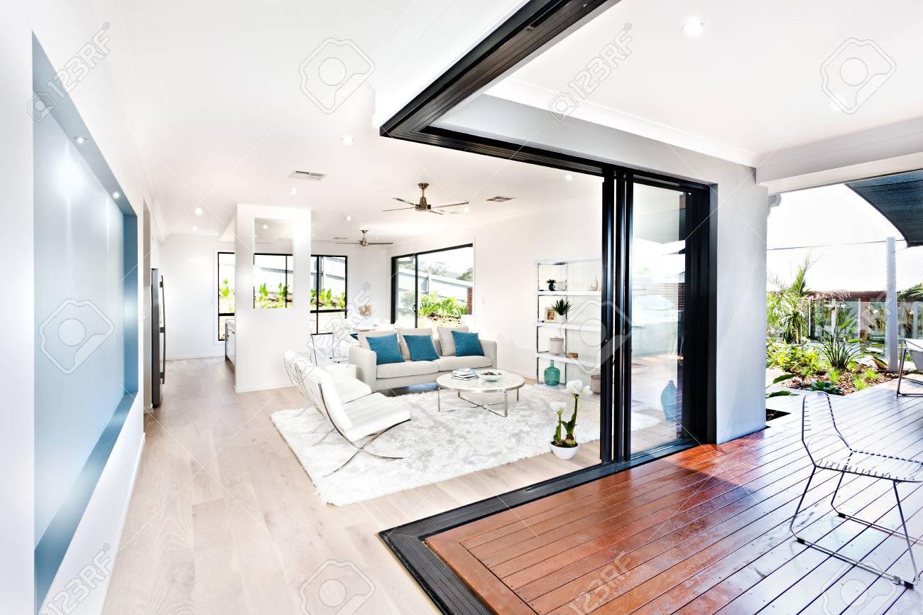 Luxus Wohnzimmer Und Holz Flur Neben Einer Terrasse Mit Weissen
