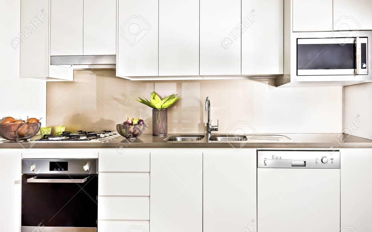 Moderne Küche Interieur Mit Licht Beleuchtet, Backofen Und Gasherd ...