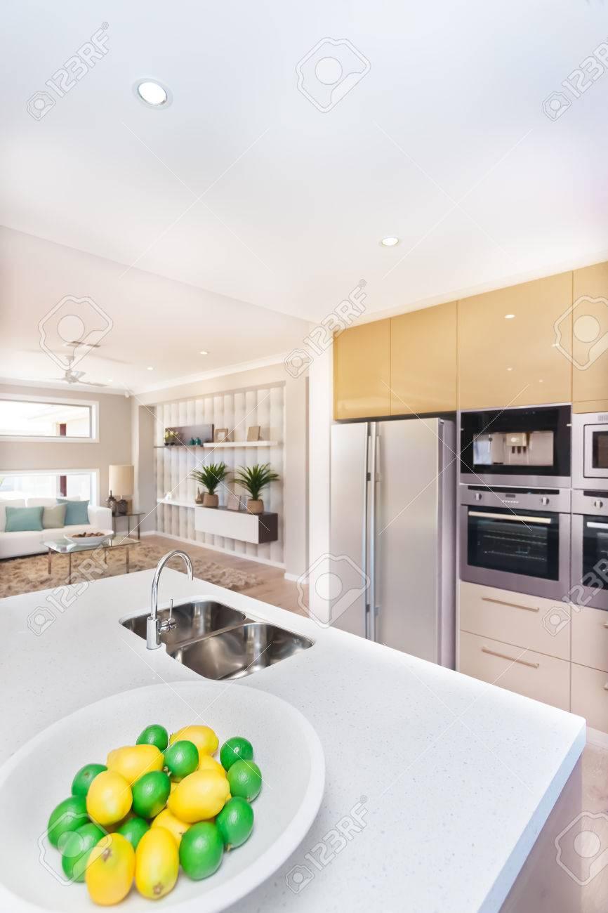 Luxuriöse Küche Im Haus. Es Gibt Früchte Auf Dem Teller Wie Zitrone ...