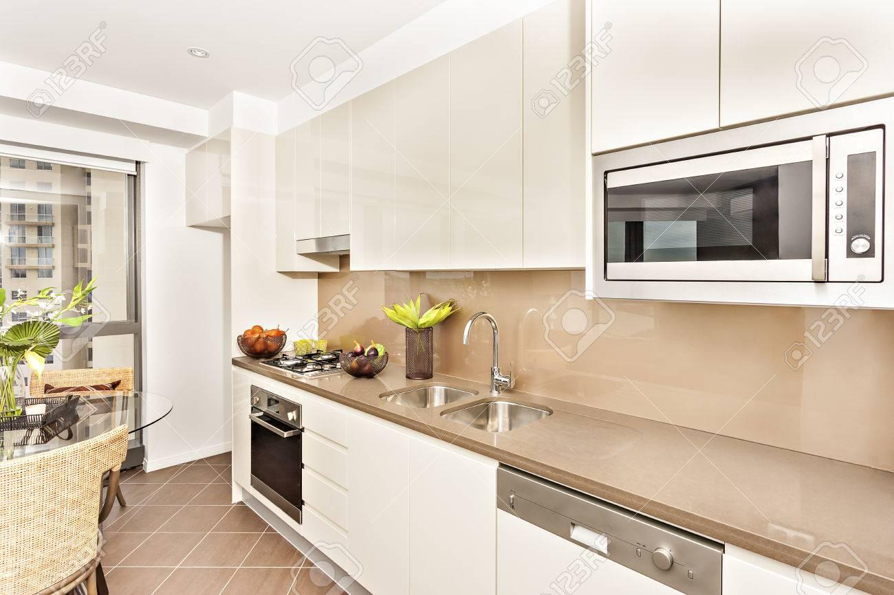 Cocina Con Herramientas De Lujo Y Paredes Blancas, Sala De Lujo Que ...