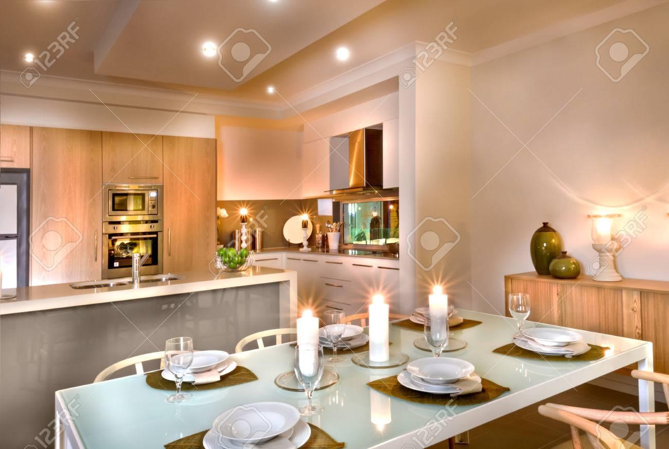 Moderne Küche Und Das Esszimmer Mit Weißen Kerzen überall ...