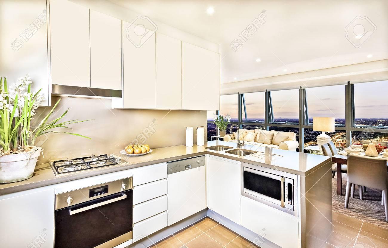 Fesselnd Moderne Küche Interieur Mit Wohnzimmer Am Abend, Luxus Blick Aus Braunen  Esstisch Und Sofa,