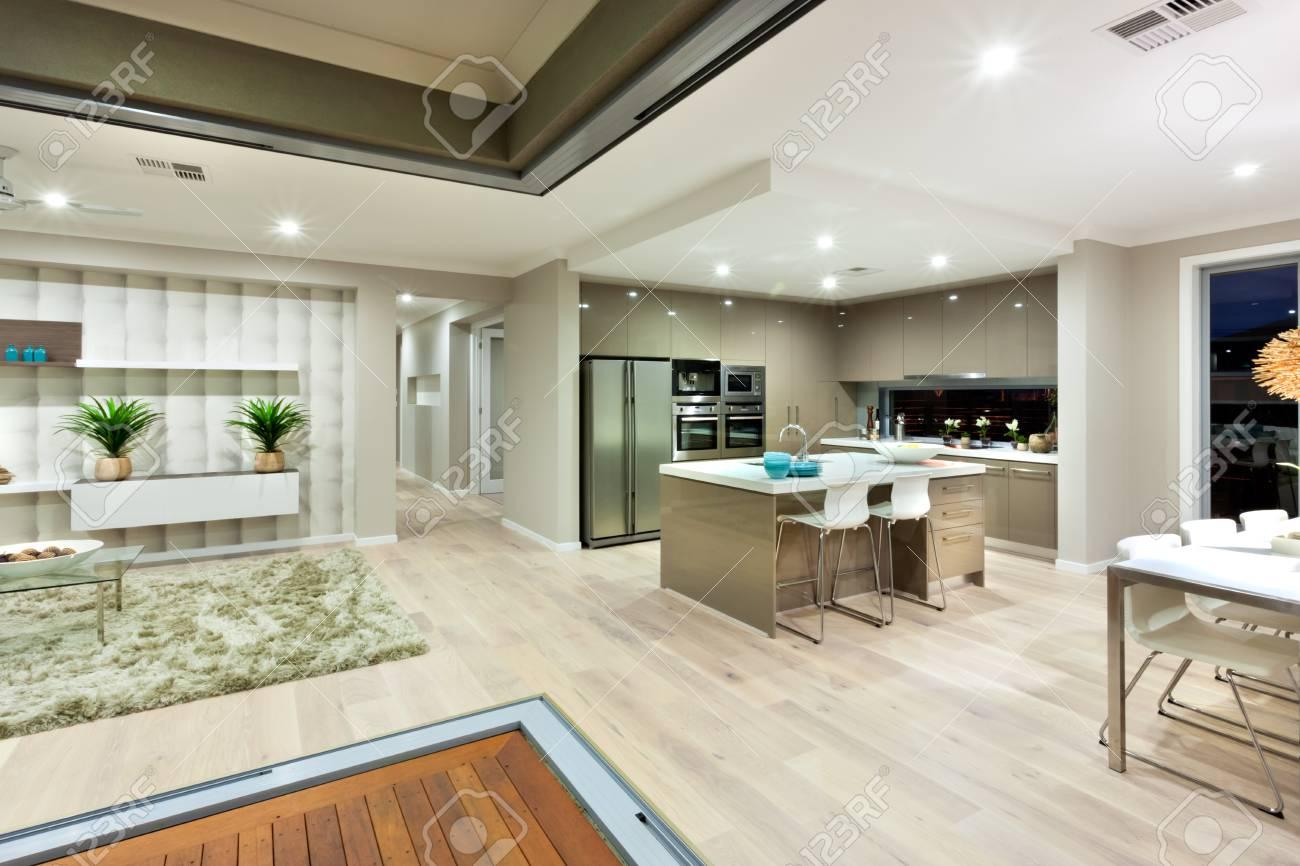 Maison moderne a peu de zones comme la cuisine, salle à manger et le salon  dans le même espace divisé. L\u0027intérieur de l\u0027ensemble a été illuminé par