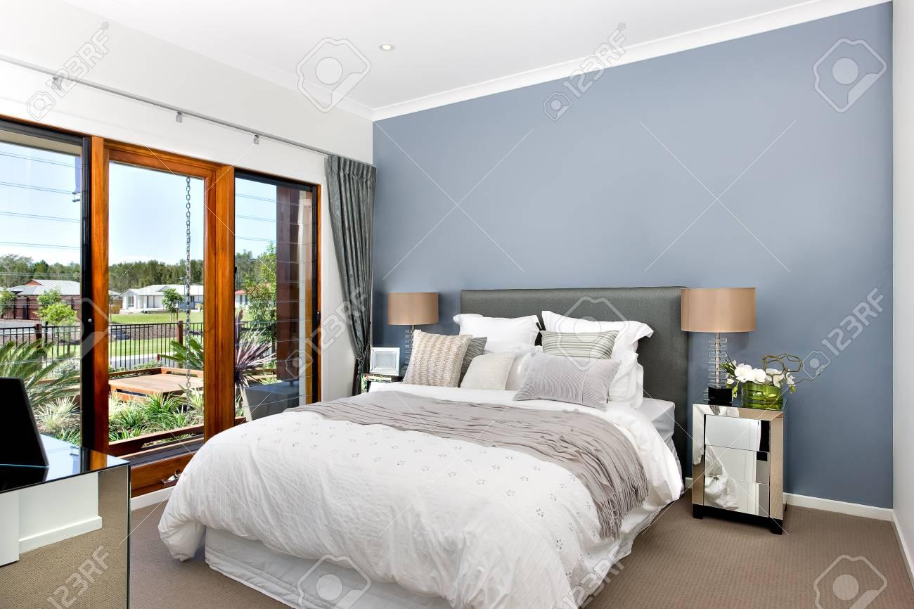 Parete Camera Da Letto Argento : Immagini stock camera da letto decorativa moderna inclusa letto