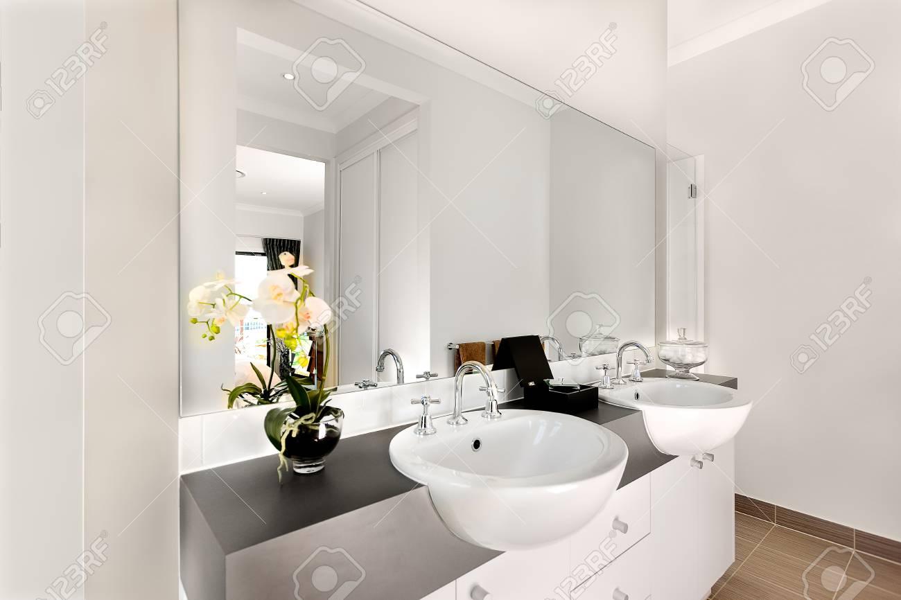 Salle De Bain Luxueuse Comprenait Deux Lavabos Blanc Brillant En