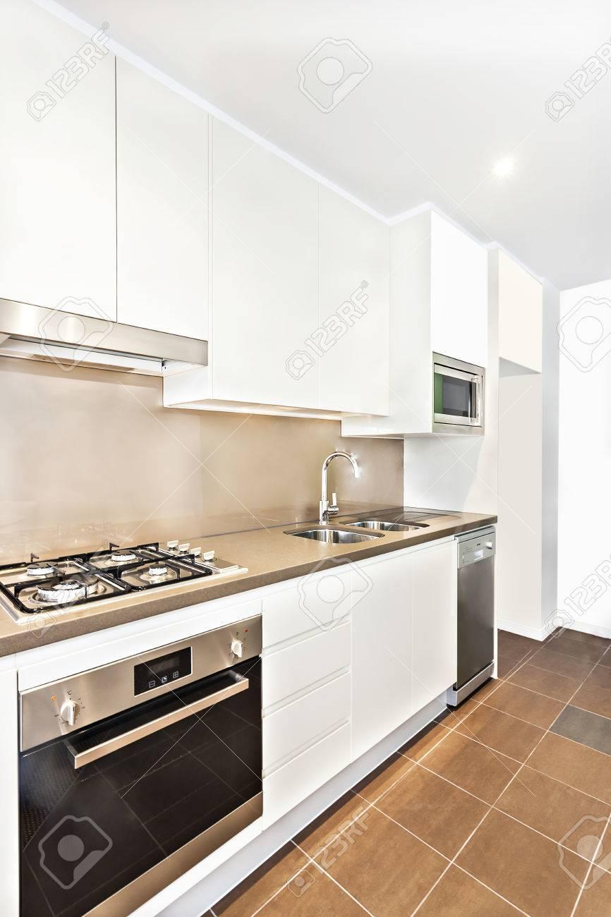 Cuisine Blanche Mur Coloré cuisine colorée et de l'équipement avec plancher de tuiles, des outils  modernes à proximité des murs blancs, lavabo et cuisinière à gaz ont  attaché à