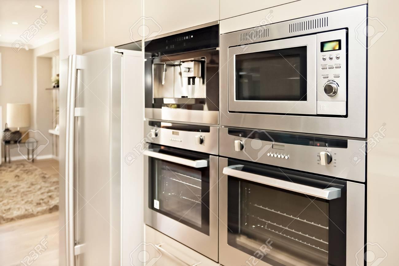 Luxurioses Geschirr Mit Silberofen Und Kuhlschrank In Der Kuche Mit