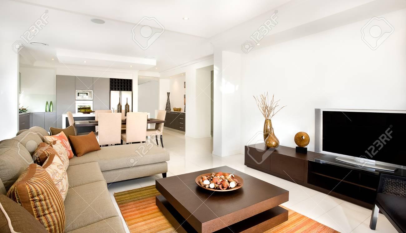 Im Modernen Wohnzimmer Befinden Sich Sofas Und Stühle Mit Kissen ...