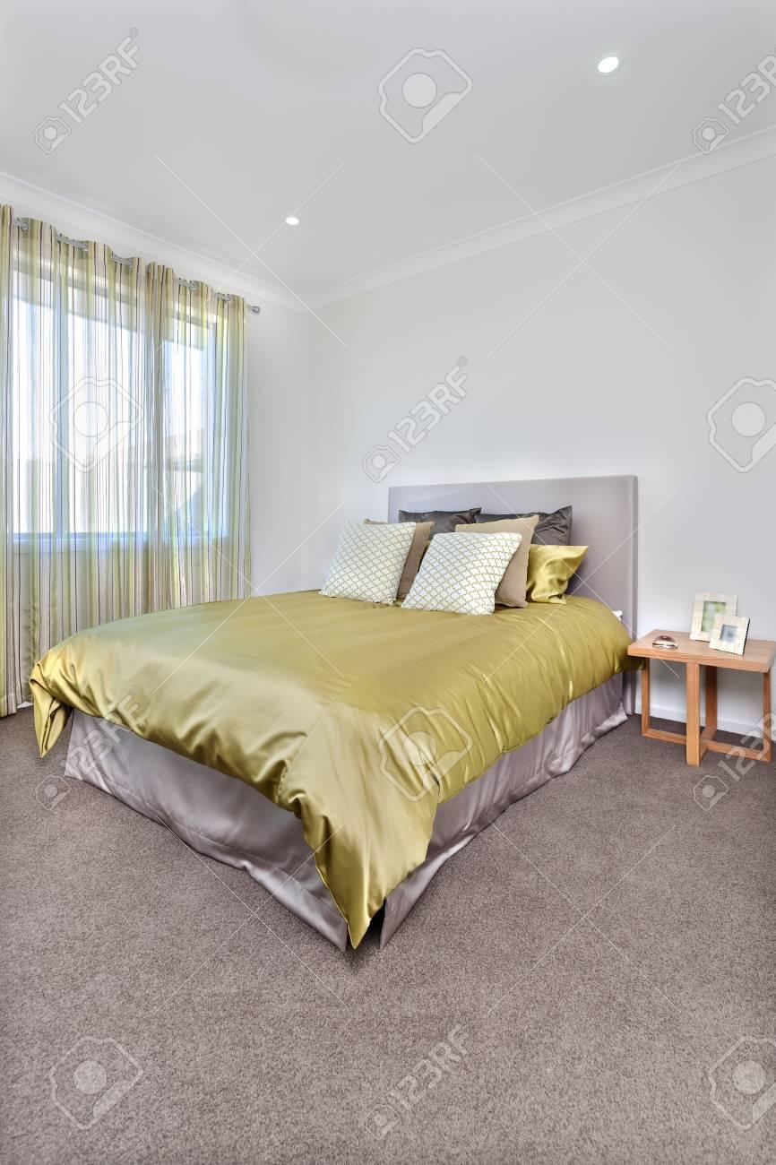 Schlafzimmer Mit Weißen Farbigen Wänden Und Fensterabdeckungen Mit ...