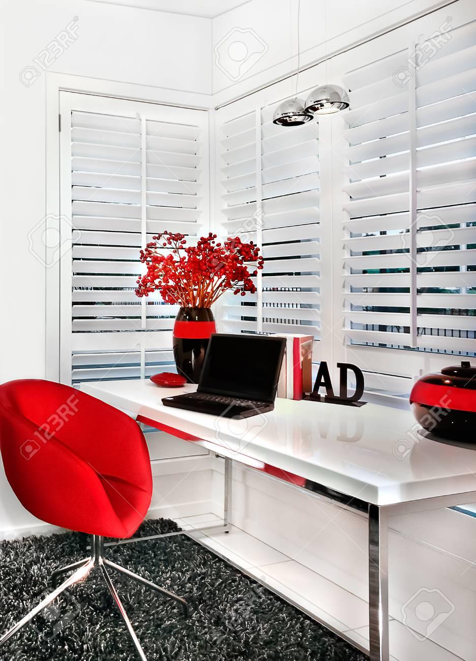 Luxus arbeitszimmer  Das Moderne Arbeitszimmer Eines Luxus-Haus Verfügt über Einen Roten ...