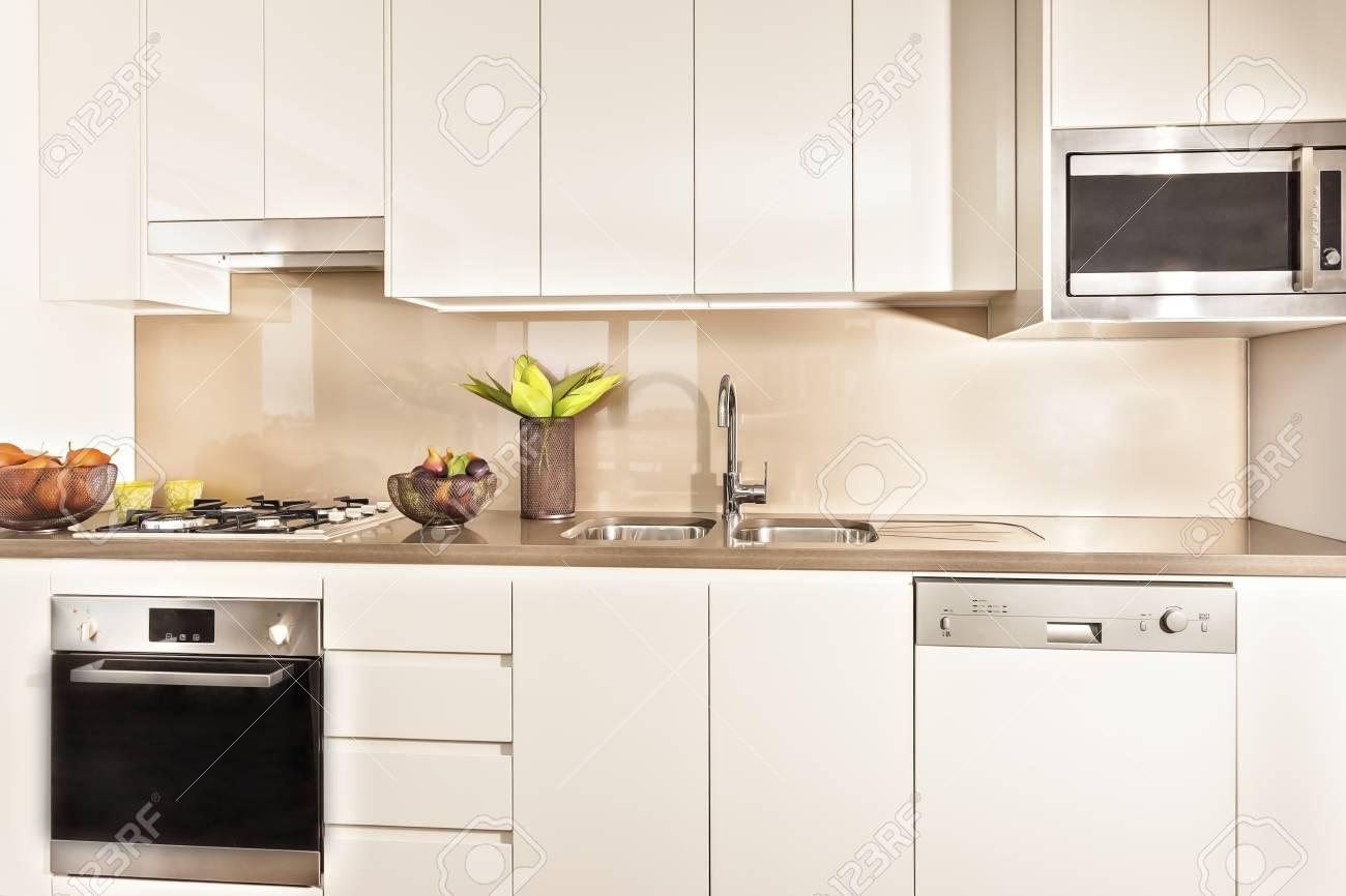 Küche Interieur Und Werkzeuge Beleuchtet Mit Lichtern, Backofen Und ...