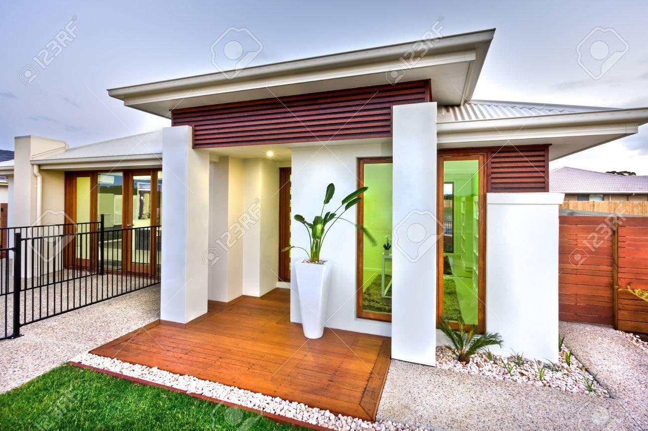 Frente De Una Casa De Lujo Con Una Fachada Que Tiene Un Suelo De ...