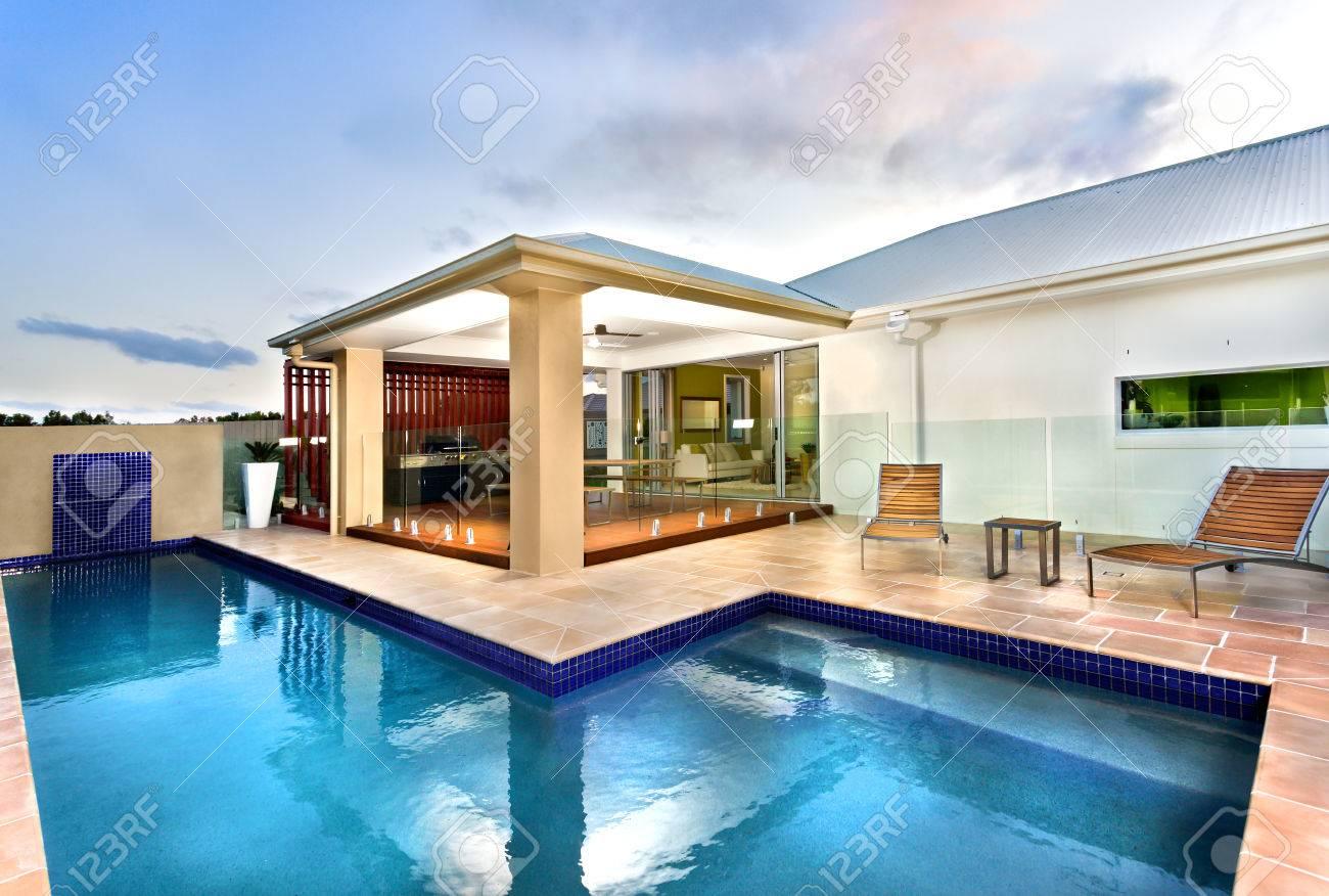 Das Blaue Wasser Pool Ist Sehr Klar Und Lang Ist Es Auch L Form