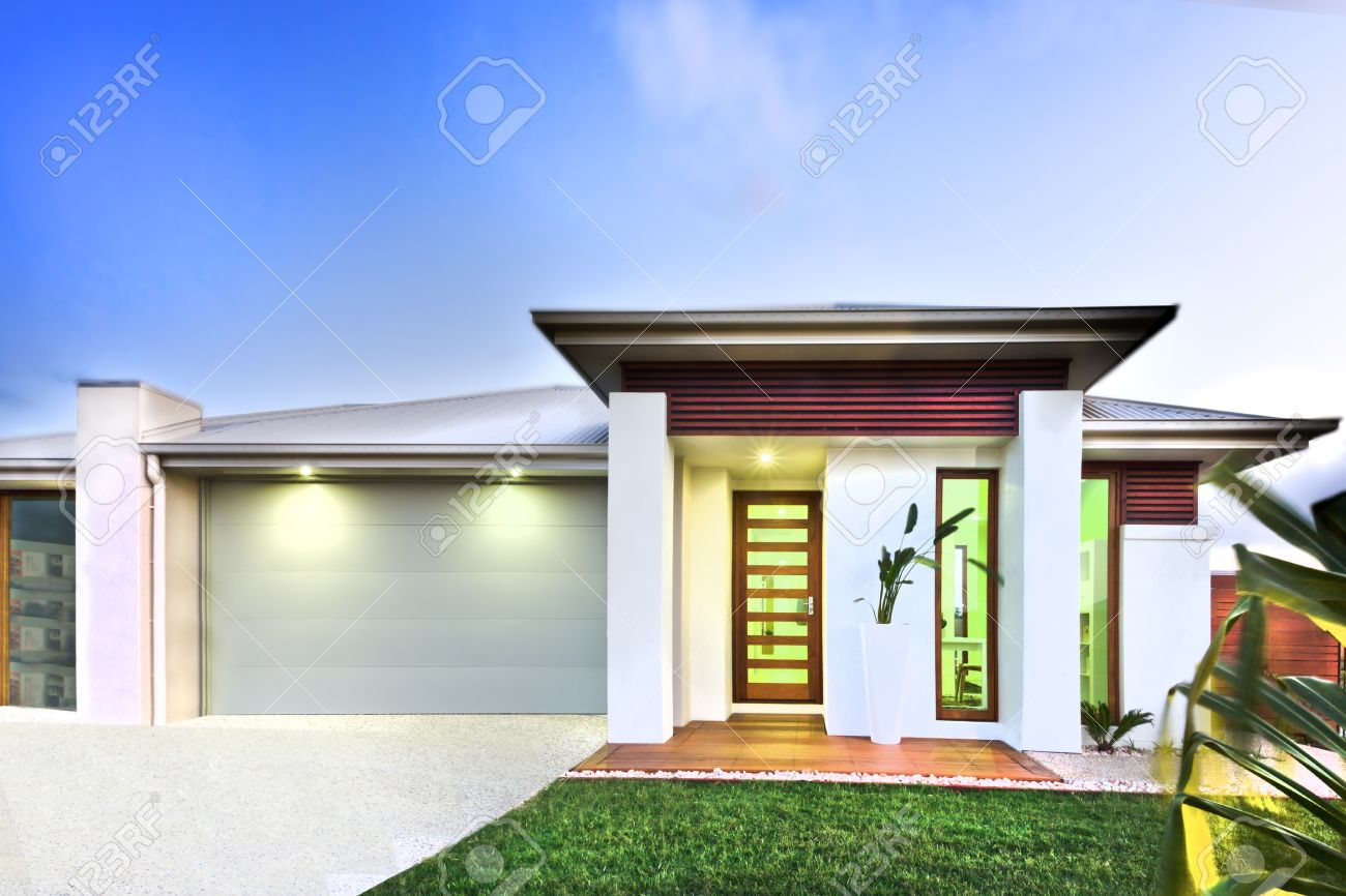 Casa Moderna Tiene Un Hermoso Jardín En Frente De La Casa Y El ...
