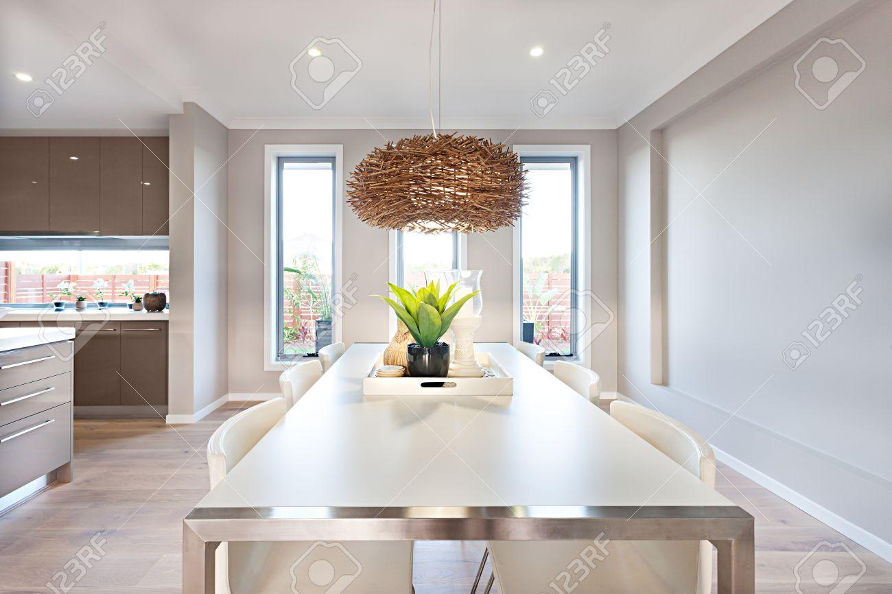 Pavimento Bianco Colore Pareti : Sala da pranzo ha un pavimento in legno e pareti di colore grigio
