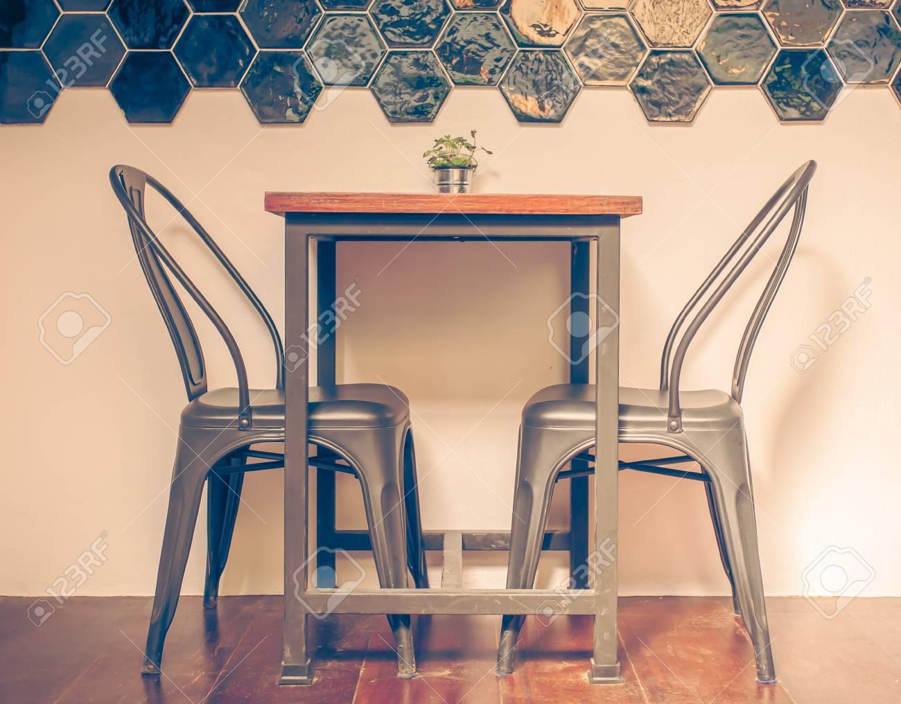 Sedie Depoca : Tavoli e sedie in legno in caffè colore depoca foto royalty free