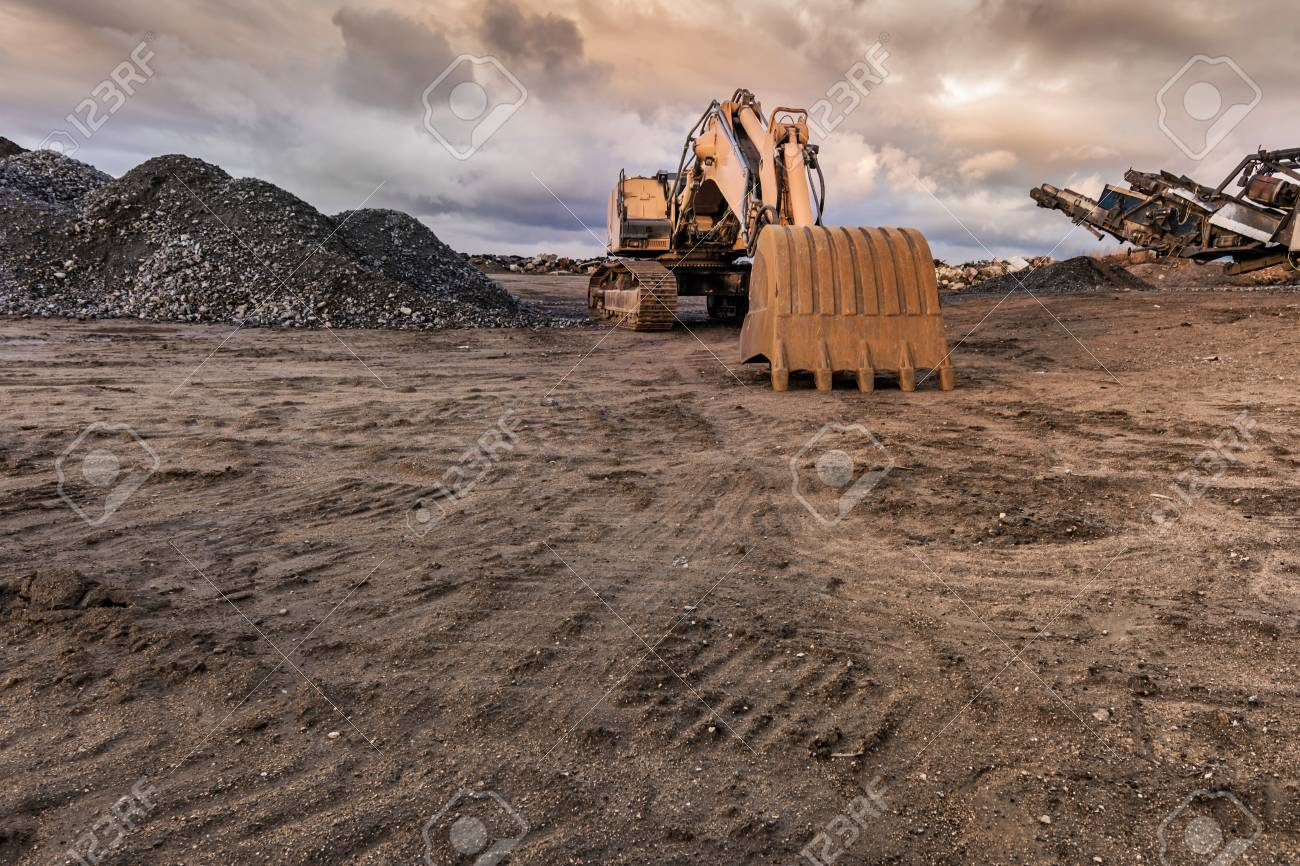 Excavator and machine to pulverize stone in a quarry - 120786204