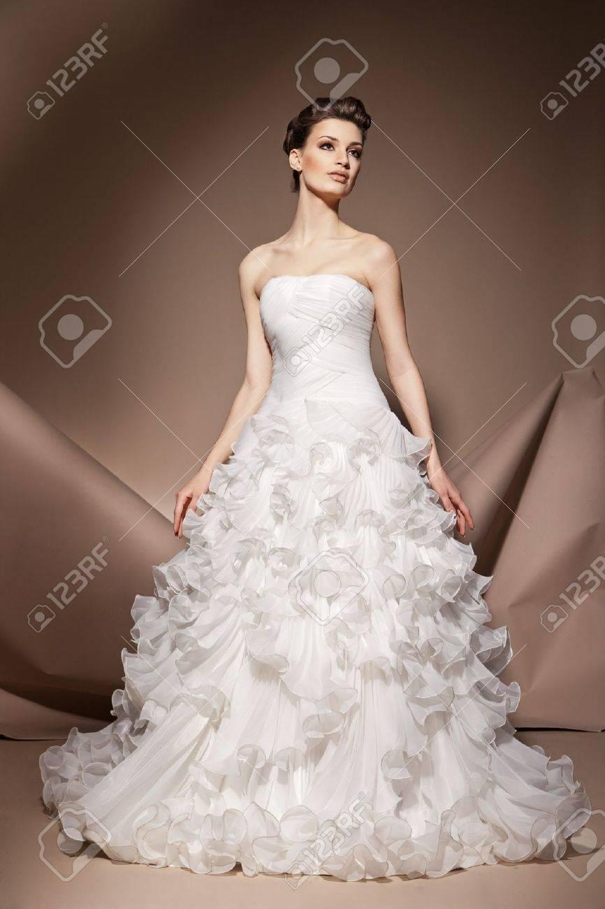 Die Schone Junge Frau Posiert In Einem Hochzeitskleid Lizenzfreie
