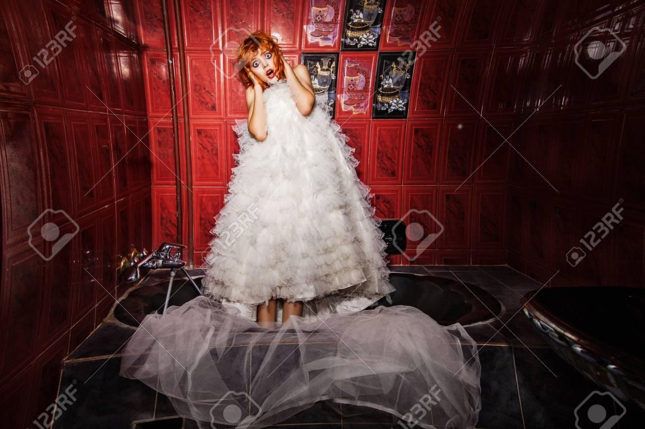 schreiende frau mit roten haaren im weißen brautkleid im, Hause ideen
