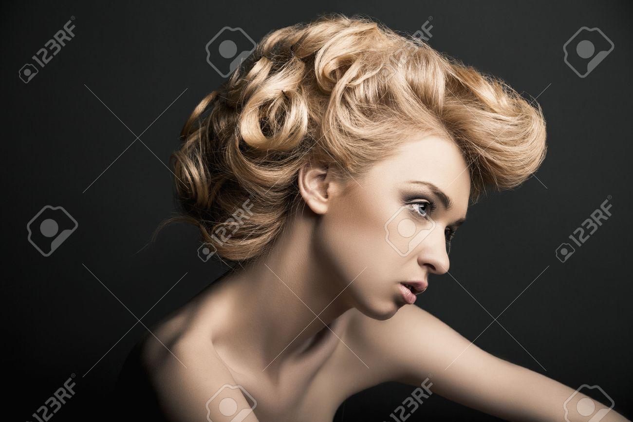 peinados de moda modelo de mujer de alta moda hermosa con el peinado abstracto detrs