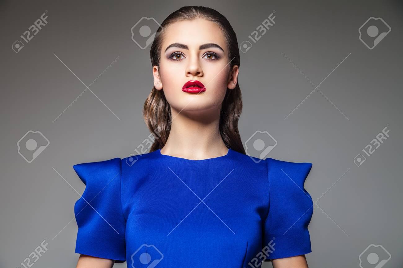 Portrait Der Schönen Frau Im Blauen Kleid Mit Hellen Make Upstudio