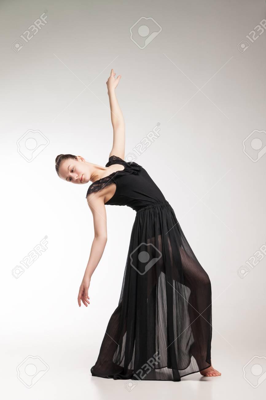 Jeune Danseuse De Ballet Vetu De Noir Transparent Robe Danse Sur Fond Blanc Banque D Images Et Photos Libres De Droits Image 60911679
