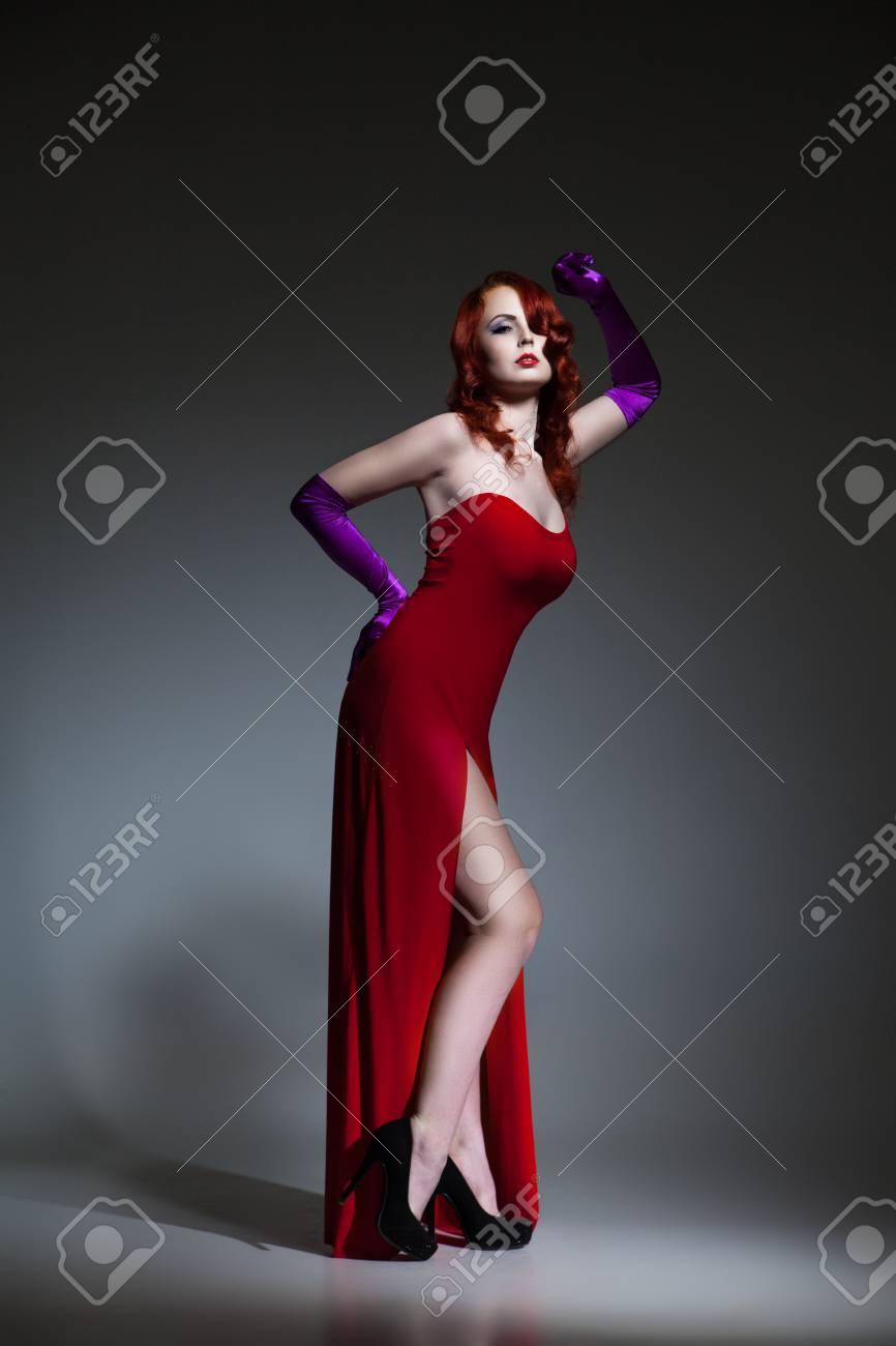 buy popular 7ad02 bc16e La bella giovane donna con capelli rossi si è vestita in vestito elegante  rosso