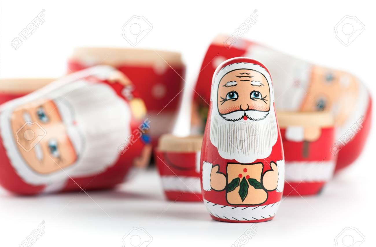 Uitgepakt kleine kerst nestelen doll geïsoleerd op wit. royalty