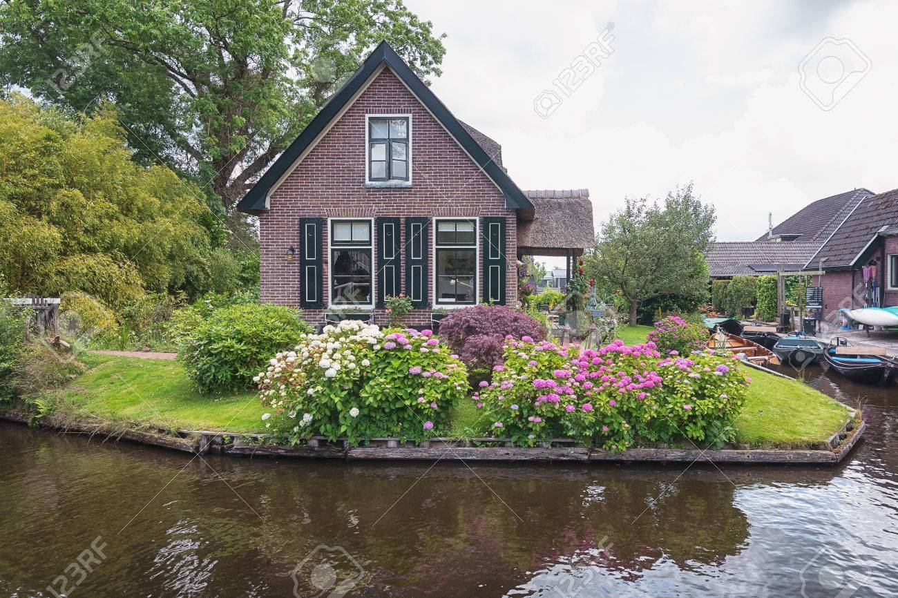 Vue D Un Jardin Fleuri Devant La Maison De La Ville Neerlandaise
